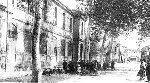 Un groupe d'enfants devant l'Ecole au début du XX° siècle